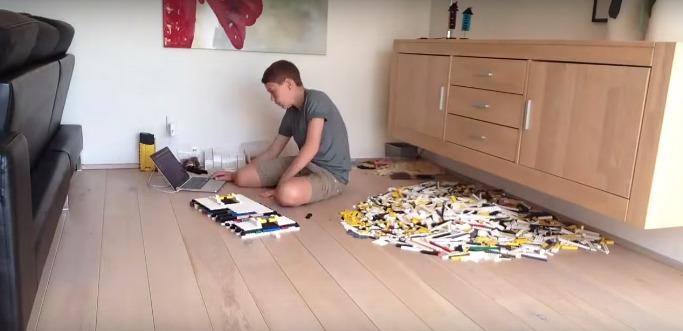 Ребенок строит из Lego